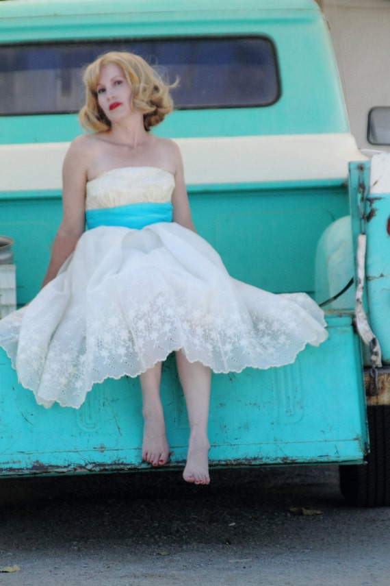 Beautiful strapless 1950s turquoise & white party dress with embroidered flowers prom