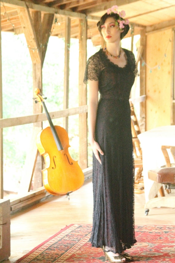 Elegant 1930s gown in dark navy blue lace with slip, Old Hollywood