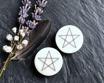 "Pentagram Plugs / Gauges. 2g / 6.5mm, 0g / 8mm, 00g / 10mm, 1/2"" / 12.5mm, 9/16"" / 14mm, 5/8"" / 16mm, 3/4"" / 19mm, 7/8"" / 22mm, 1"" / 25mm."