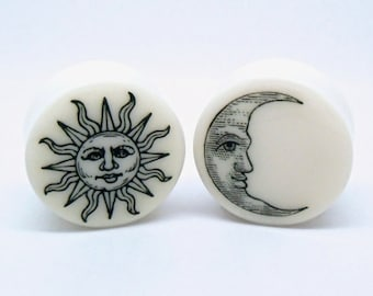 "Sun & Moon Plugs / Gauges. 2g / 6.5mm, 0g / 8mm, 00g / 10mm, 1/2"" / 12.5mm, 9/16"" / 14mm, 5/8"" / 16mm, 3/4"" / 19mm, 7/8"" / 22mm, 1"" / 25mm"