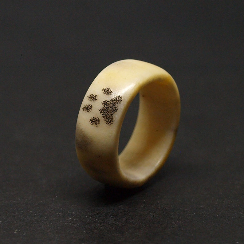 Size 6,75 US Antler ring with engraved cat paw