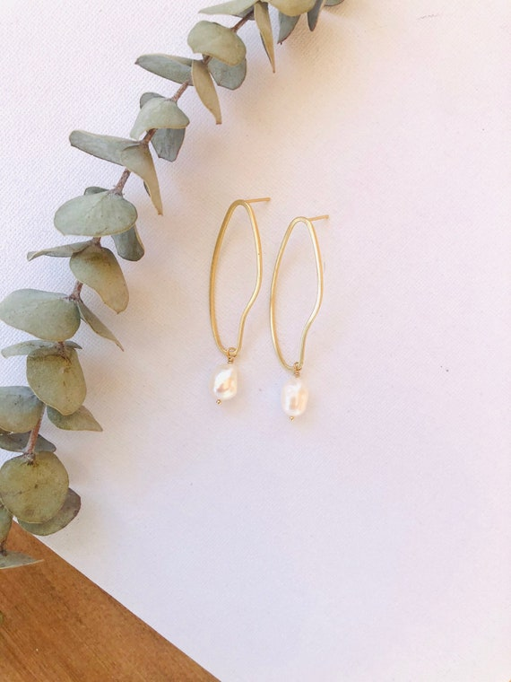 Kelly - Uneven organic hoop freshwater pearl earring - everyday elegant boho gift