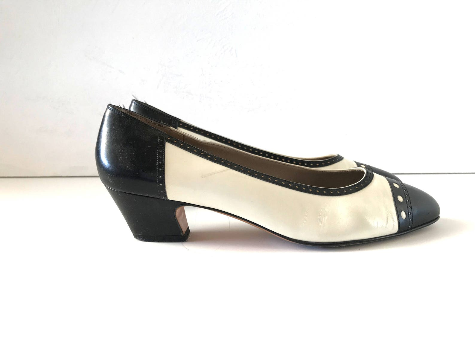 vintage 7 1/2 aa ferragamo black and white leather spectator cap-toe ballet pumps with low block heels / women's shoes size