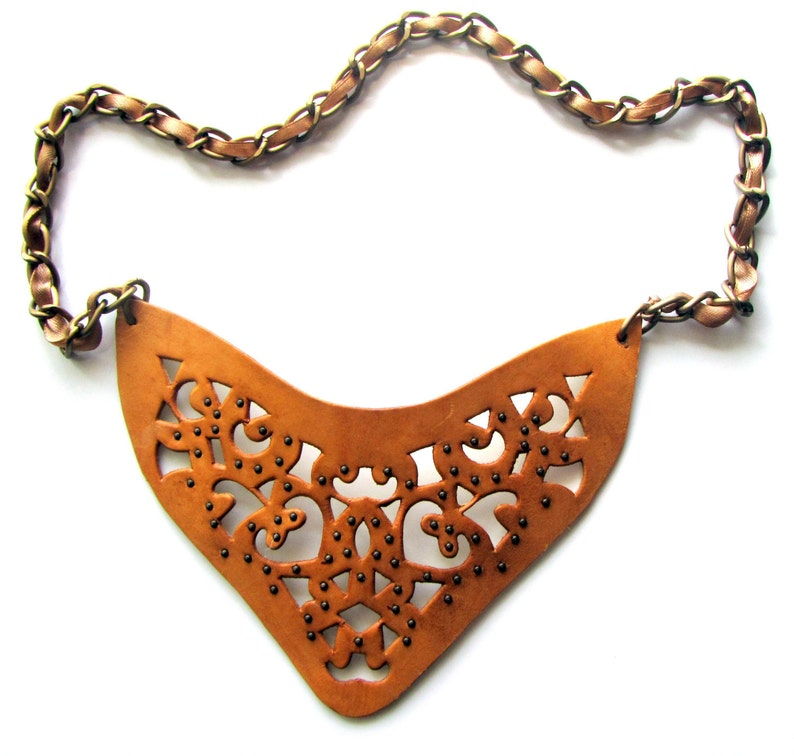 Openwork necklace of of thick leather on the large chain with image 0