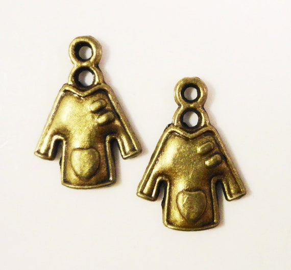 Bronze Shirt Charms 19x14mm Antique Brass Tone Metal (Bronze) Garment Sweater Clothes Charm Pendant Jewelry Findings 10pcs