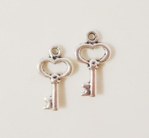 Silver Key Charms 15x8mm Antique Silver Tone Metal Small Heart Shaped Skeleton Key Valentine's Day Charm Pendant Jewelry Findings 10pcs