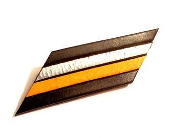 broche cuir noir argent et jaune géométrique