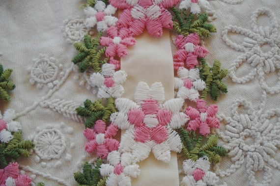"""NEW DELICATE SHIFFLI DAISY TRIM~APPLIQUES~LIGHT PINK//WHITE~DOLL/'s~3//8/""""~BTY"""