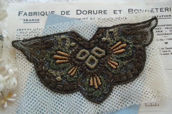 Ancien Français Art déco Floral métallisé or brun vert brodé de garniture de brodé ruban Textile Applique Vintage Edwardian clapet robe Ladies Hat d67760