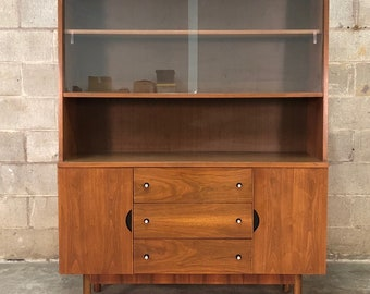 Stanley American Forum Mid Century Modern China Cabinet / Bookcase