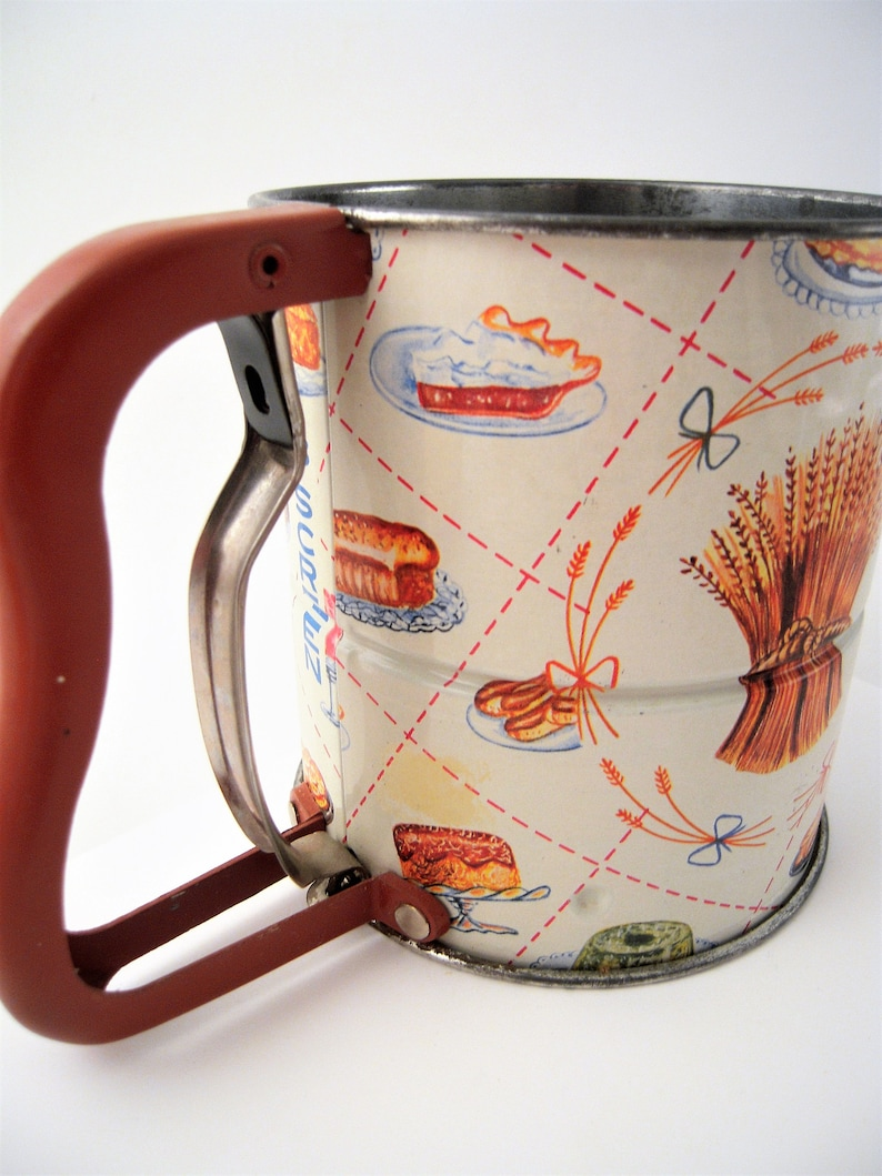 Vintage Tin Androck Hand i Sift Flour Sifter Harvest Wheat Cakes Pies Desserts Lithograph Kitchen Kitsch Cottage Country Farmhouse 3 Screen