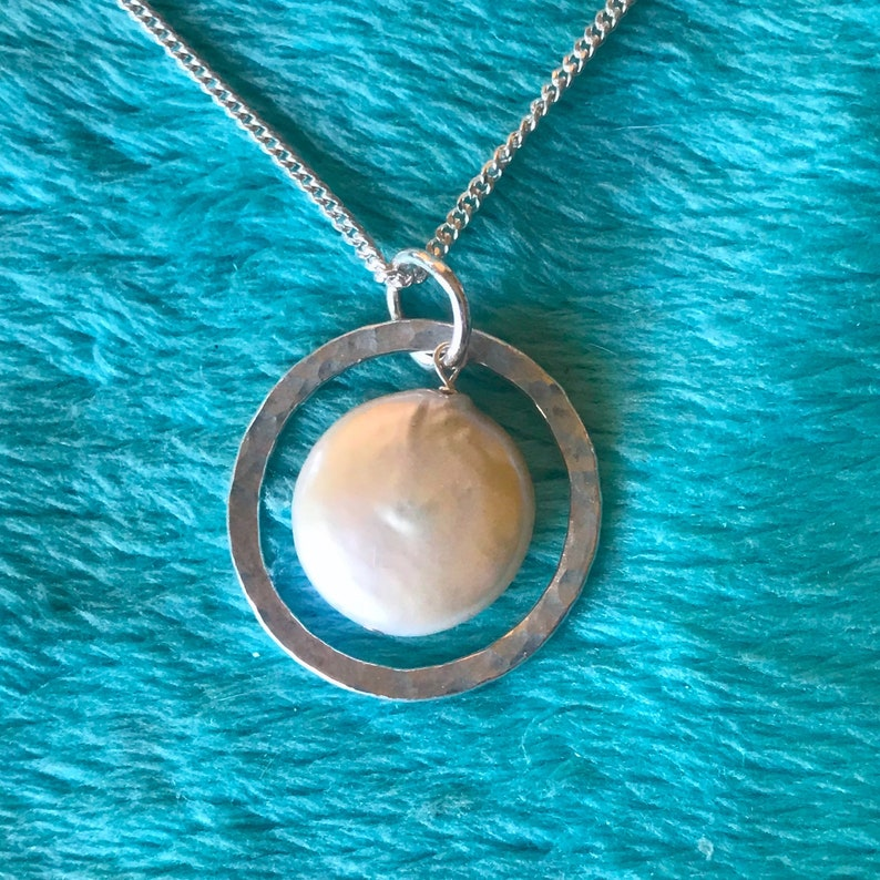 Fine silver circle with large white coin pearl image 0