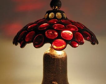 Stained glass table lamp - Red glass jewels - Copper patina base