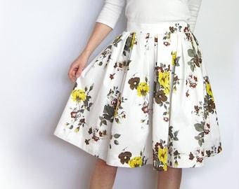Geblümter Baumwollrock mit Falten, knielanger Sommerrock für Damen, floraler A Linie Rock mit Falten, Midirock halblang, weiss, gelb, braun