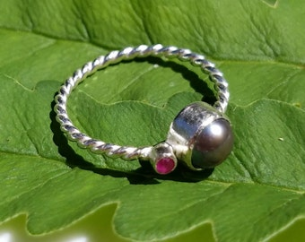 Sterling silver peacock pearl and ruby orbit ring, size 6.5