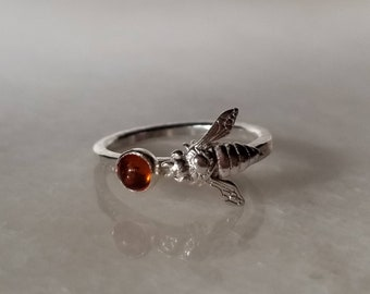Sweet realistic honey bee and amber sterling silver ring, size 6.5