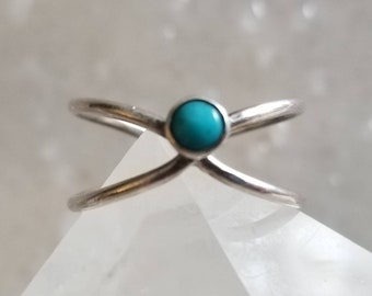 Sweet little turquoise x-ring sterling silver x-ring, size 7