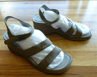 bc1a903cdcd3 Vintage Women s Chunky Strappy Platform Sandals Size 10 Taupe