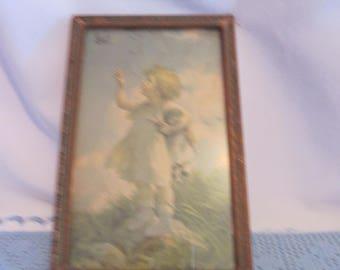 Vintage frame child gaze toward heaven / Vintage Center child look towards the sky