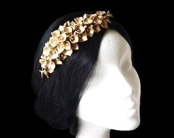 Gold flower bridal hair comb. Lilies wedding comb. Wedding hairpiece. Bridal headpiece. Flower headpiece. Gold headpiece. Cala lily flowers.