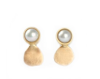 Cabochon  pearl earrings - mini gold earring - Mini luna collection - pearl earring - antic inspiration - 18 ct yellow gold