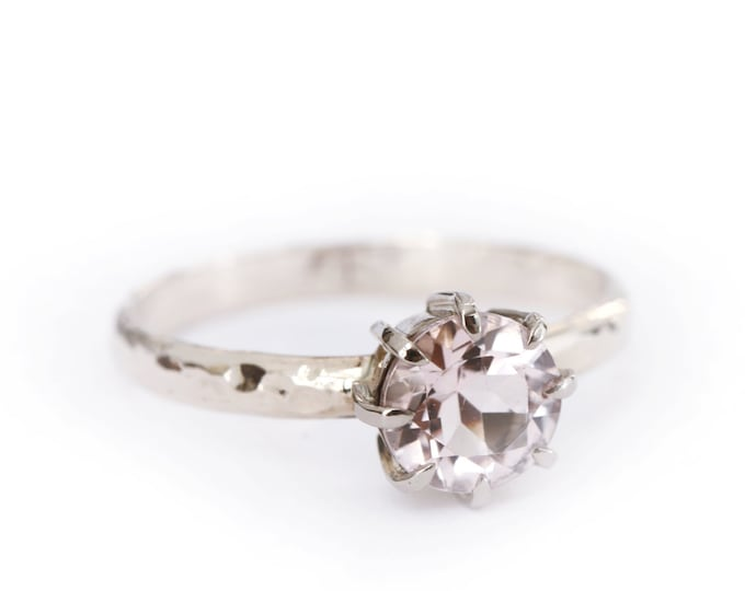 Hammered ring morganite - 18ct grey gold - engagement ring - solitaire - claw setting - alice magnin