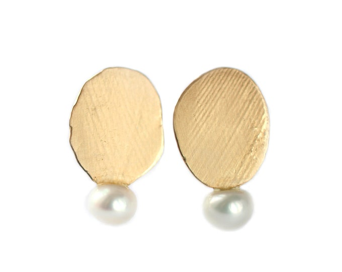 Feather stud earrings Mini luna - intentional imperfection - feather texture detail - yellow gold and freshwater pearl
