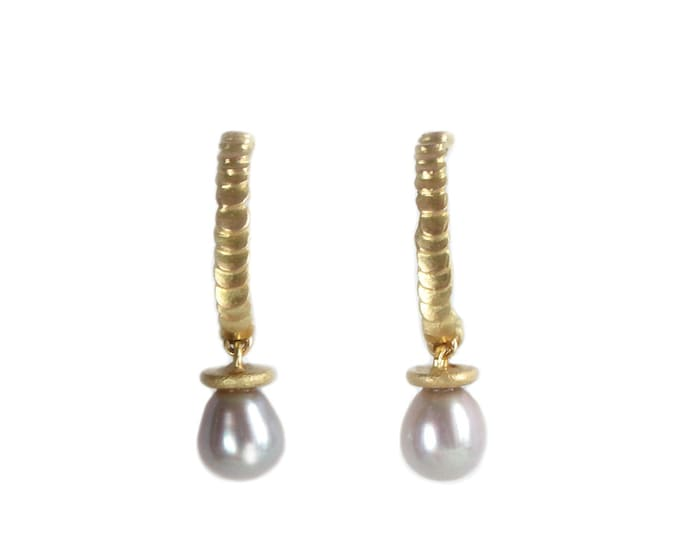 Featured listing image: Pearl hoops earrings in 18 ct gold with a scale texture - Frieda style
