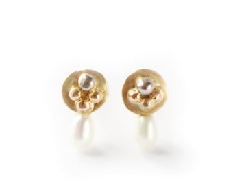 Stud earrings Mini luna with granulation detail mixed gold earrings
