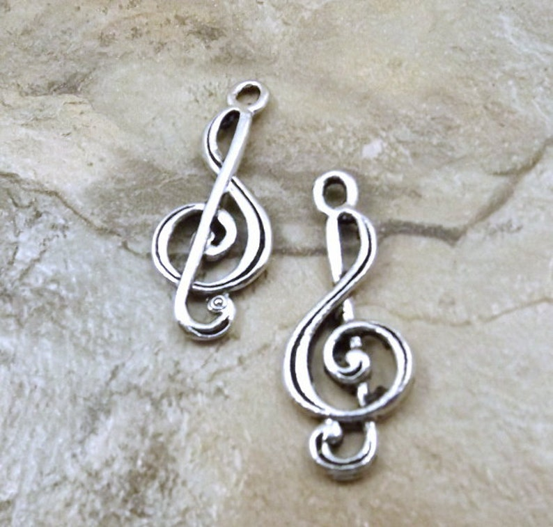 0443 3 Pewter Treble Clef Charms