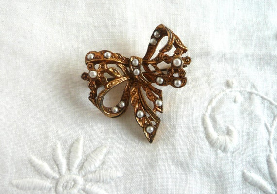 gold tone base metal vintage signed Mi Amore Bow Faux Pearl Brooch 7 mm faux Pearl 2 x 1 34