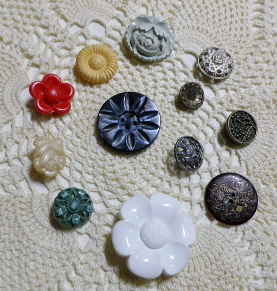 VINTAGE 1940s set of 12 small mint green flower buttons plastic celluloid 13mm