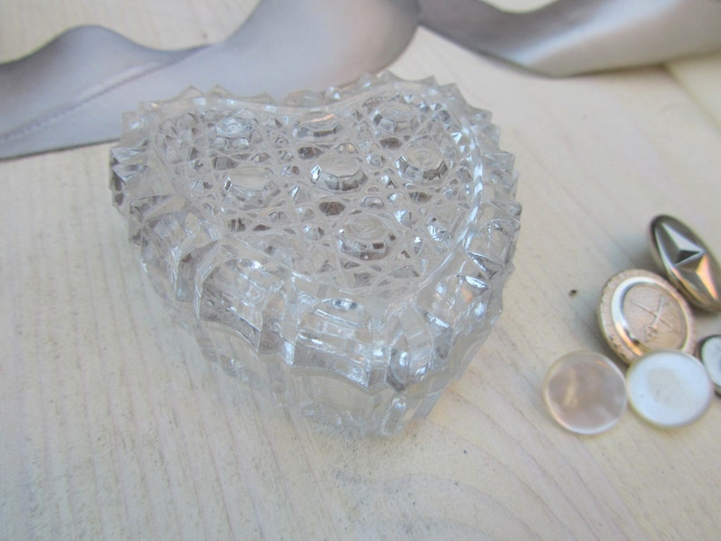 Heart Shaped Led Cut Crystal Vintage Ring Box Flat Lay Details Mini Jewelry Box Wedding Prop Heart Box Antique Trinket Container