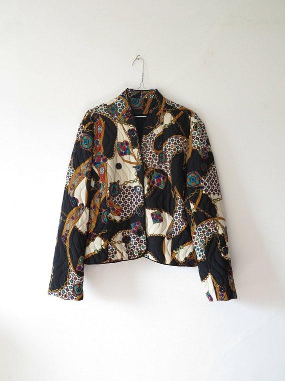 80er Jahre Vintage Jacke Damen, die schwarz und weiß Mittagessen drucken Seide zuknöpfen Steppjacke Mantel small Medium