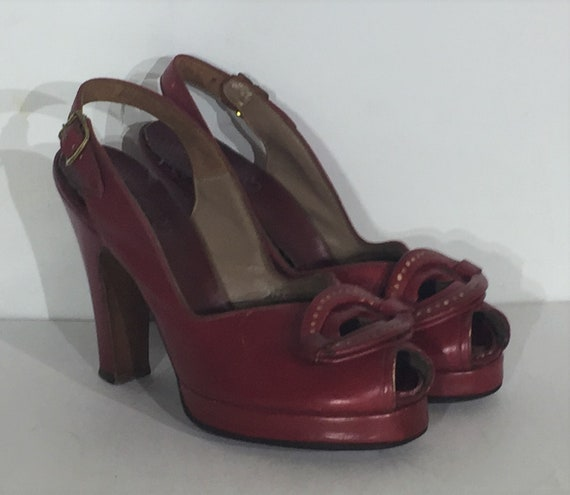 1940s red leather platform sandal with oval motif