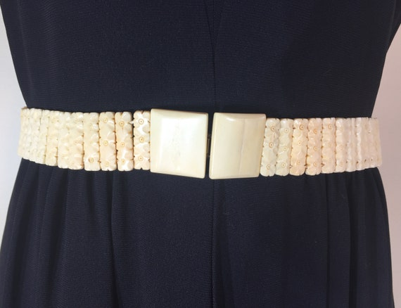 1940s cream colored celluloid belt - size medium -