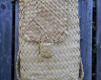 Traditional Māori Woven Flax Seed Basket in Great Condition, Very Elaborate.