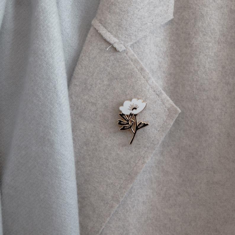 Lapel Pin Black /& White Flower Enamel Pin Badge
