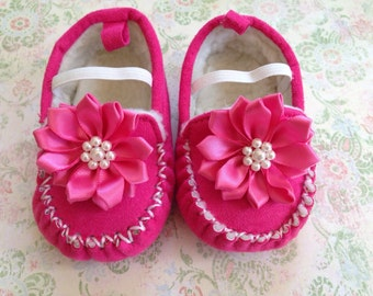 Baby shoes, newborn shoes, crib shoes, baby girl gift, baby shower gift , infant shoes, moccasins , baby girl shoes