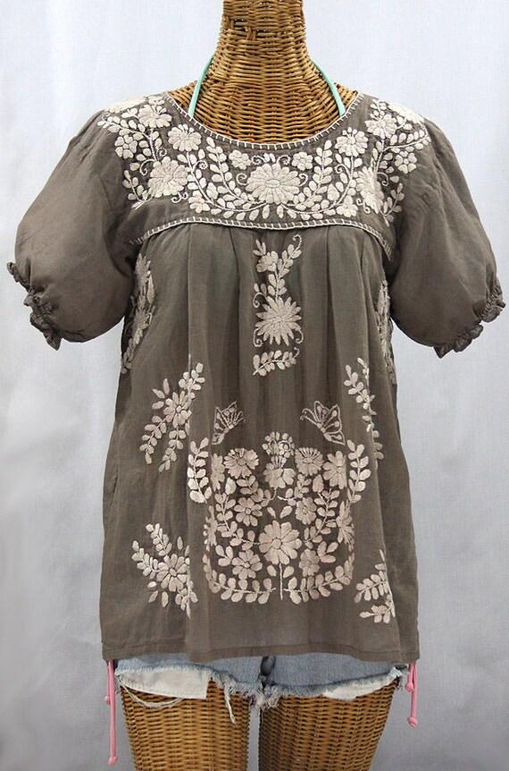 e0e1ab08c433b Blouse paysanne mexicaine brodé à la main dessue   « La Mariposa »  brouillard gris avec broderie crème ~ grande taille