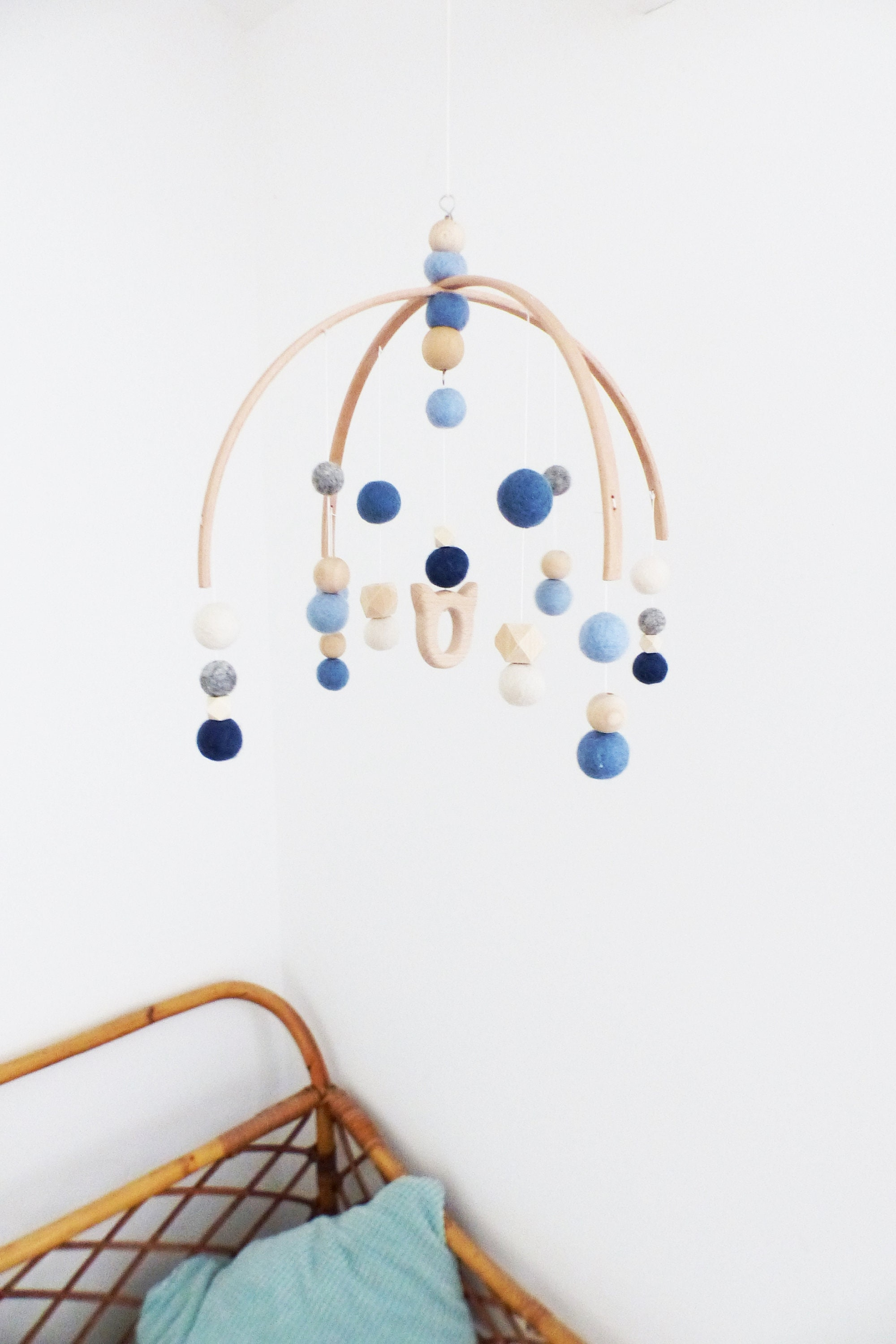 Cadeau Originale Baby Shower mobile baby pearls felted wool / natural wood - chat blue