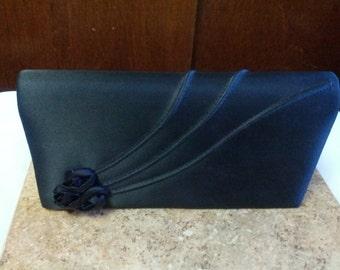 Belle embrayage formelle en noir avec 3 boutons de roses noires