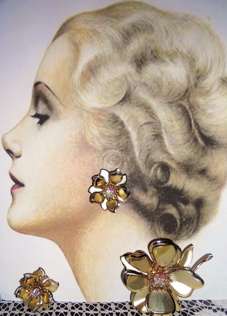 Vintage Matched Set Gold Tone Flower Earrings /& Brooch w Aurora Crystal 1970/'s 3-D Effect Floral Demi Parure Set