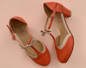Loisa Coral Medium Heel. Leather t-strap woman heel sandal in coral and nude. Round point. Handmade in Argentina