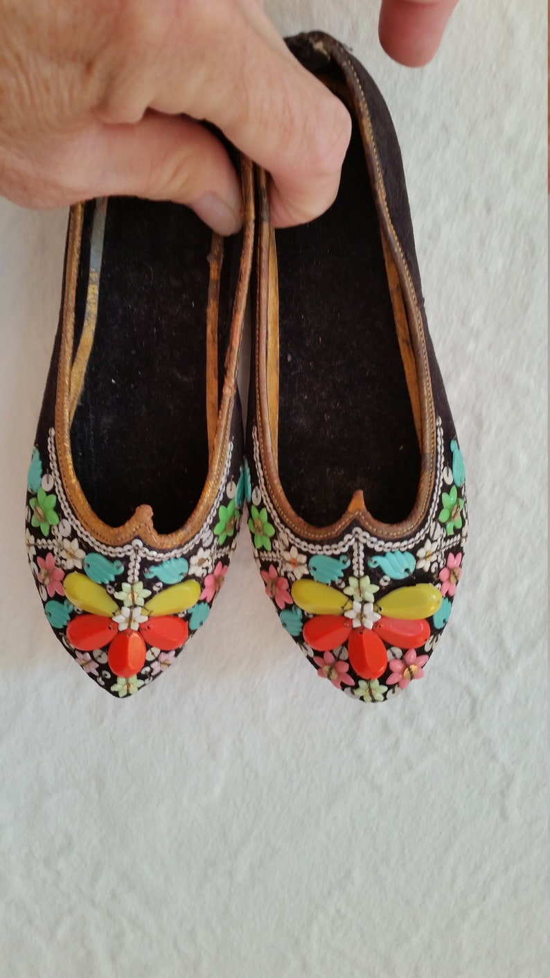 Vintage Girls Traditional Khussa Flats Traditional Morrocan Babouche Beaded Shoes Hand Made Leather Black Velvet Beaded Floral Sz 7 12?\\8