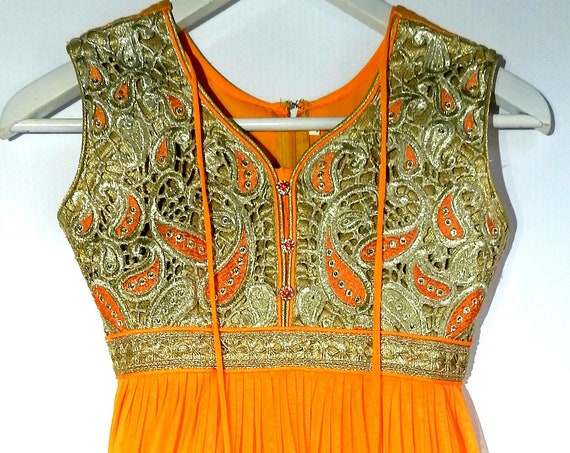 A charming Pakistan dress with brocade fabric for your next Bollywood party!