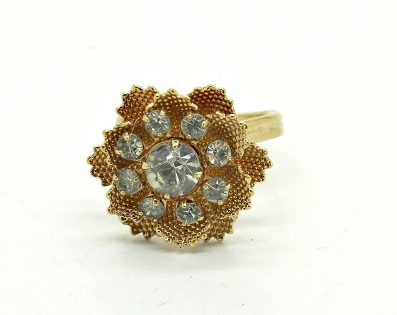 DAINTY FLOWER RING with spring floral design