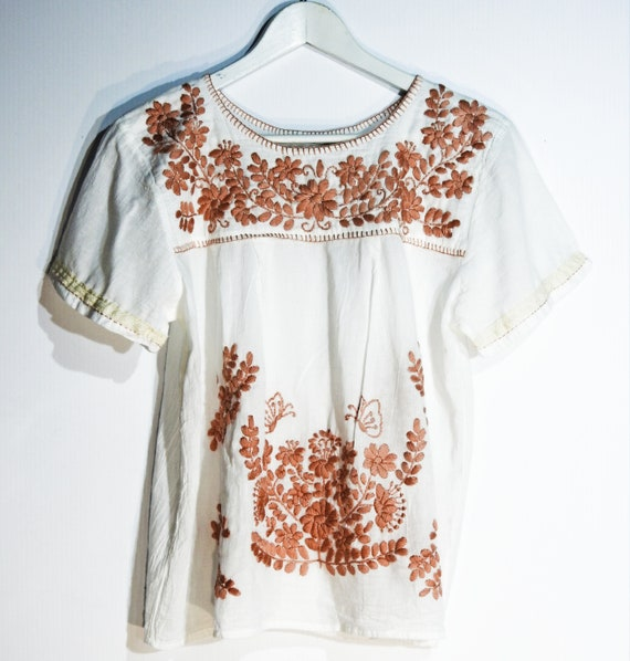 Mexico blouse with hand-embroidered flower
