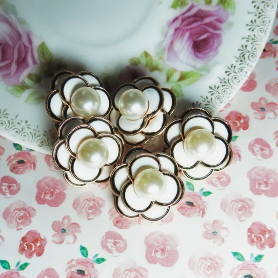 Flower pearl buttons