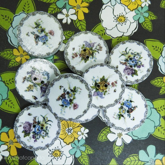 Wooden buttons with flowers